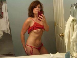 Одинокая женщина постоянно делает селфи в ванной - фото #18