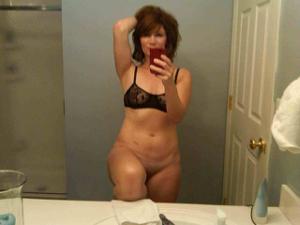 Одинокая женщина постоянно делает селфи в ванной - фото #27