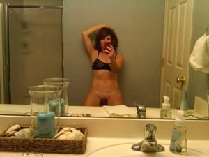 Одинокая женщина постоянно делает селфи в ванной - фото #28
