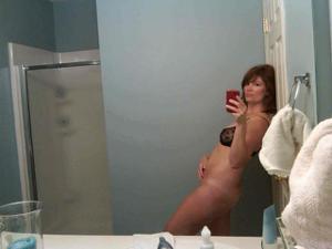 Одинокая женщина постоянно делает селфи в ванной - фото #29