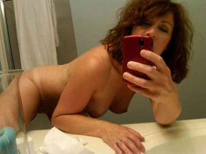 Одинокая женщина постоянно делает селфи в ванной - фото #30