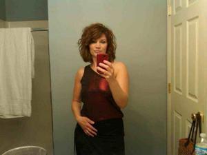 Одинокая женщина постоянно делает селфи в ванной - фото #37
