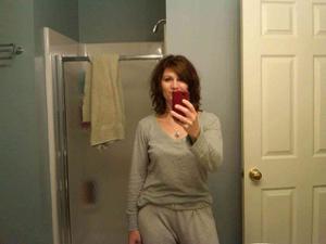 Одинокая женщина постоянно делает селфи в ванной - фото #38
