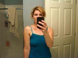 Одинокая женщина постоянно делает селфи в ванной - фото #39