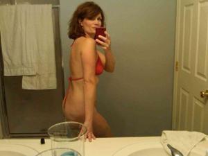 Одинокая женщина постоянно делает селфи в ванной - фото #9