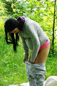 Беременная немка оголяется по пояс в лесу - фото #1
