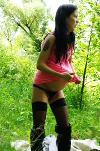 Беременная немка оголяется по пояс в лесу - фото #11
