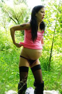 Беременная немка оголяется по пояс в лесу - фото #13