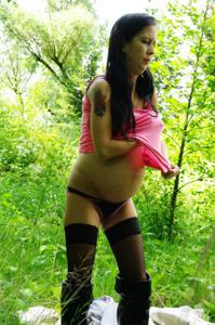 Беременная немка оголяется по пояс в лесу - фото #15