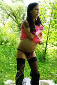 Беременная немка оголяется по пояс в лесу - фото #16
