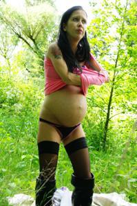 Беременная немка оголяется по пояс в лесу - фото #17