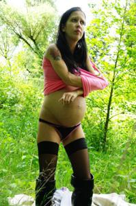Беременная немка оголяется по пояс в лесу - фото #18