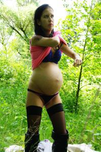 Беременная немка оголяется по пояс в лесу - фото #19