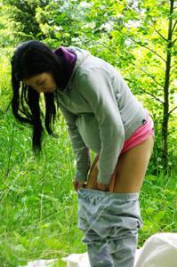 Беременная немка оголяется по пояс в лесу - фото #2
