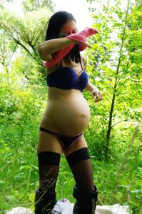Беременная немка оголяется по пояс в лесу - фото #20