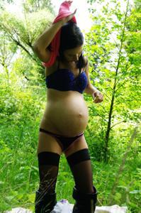Беременная немка оголяется по пояс в лесу - фото #21