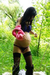 Беременная немка оголяется по пояс в лесу - фото #23