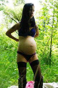 Беременная немка оголяется по пояс в лесу - фото #26
