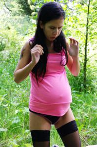 Беременная немка оголяется по пояс в лесу - фото #3