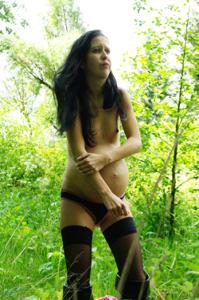 Беременная немка оголяется по пояс в лесу - фото #34