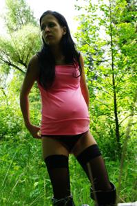 Беременная немка оголяется по пояс в лесу - фото #6