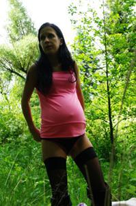 Беременная немка оголяется по пояс в лесу - фото #7
