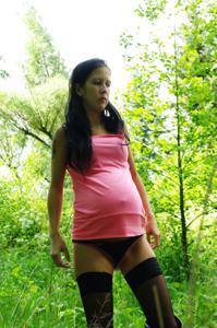 Беременная немка оголяется по пояс в лесу - фото #9