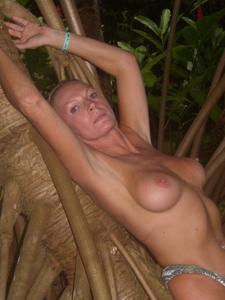 Две взрослые подруги отдыхают на тропическом острове - фото #17