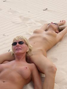 Две взрослые подруги отдыхают на тропическом острове