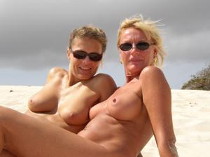 Две взрослые подруги отдыхают на тропическом острове - фото #30