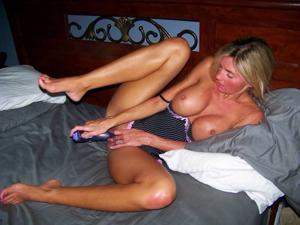 Зрелая жена с силиконовыми сиськами - фото #17