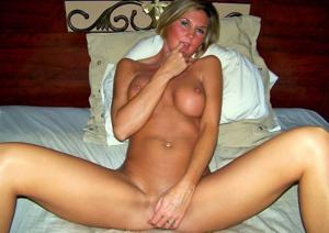 Зрелая жена с силиконовыми сиськами - фото #20