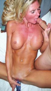 Зрелая жена с силиконовыми сиськами - фото #22