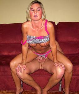 Зрелая жена с силиконовыми сиськами - фото #6