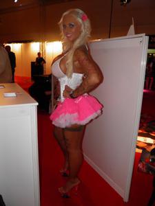 Барби обнажается и даже сосет - фото #2