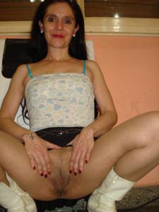 Старая женщина без трусиков под юбкой - фото #9