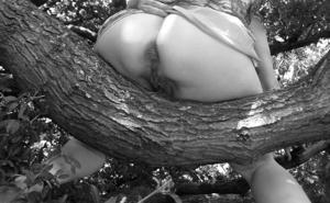 Голая баба на дереве в парке - фото #26
