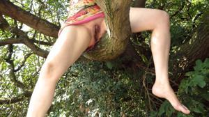 Голая баба на дереве в парке - фото #3