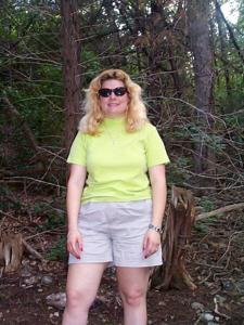 Пухлая Клэр разделась в лесу - фото #1