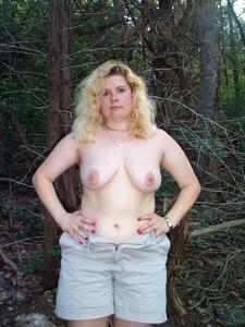 Пухлая Клэр разделась в лесу - фото #4