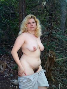 Пухлая Клэр разделась в лесу - фото #7