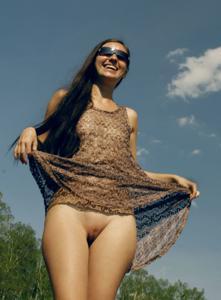 Голая пизда под юбкой стройных девчат - фото #14