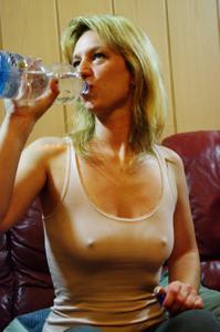Пьяная блондинка показывает сиськи - фото #10