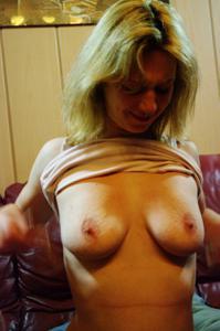 Пьяная блондинка показывает сиськи - фото #15
