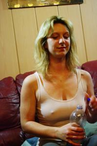 Пьяная блондинка показывает сиськи - фото #2