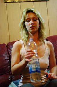 Пьяная блондинка показывает сиськи - фото #3