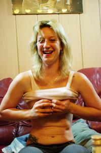 Пьяная блондинка показывает сиськи - фото #40