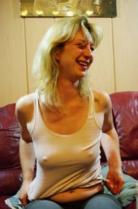 Пьяная блондинка показывает сиськи - фото #42