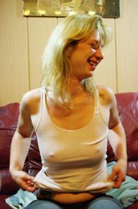 Пьяная блондинка показывает сиськи - фото #43