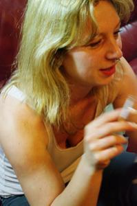 Пьяная блондинка показывает сиськи - фото #52